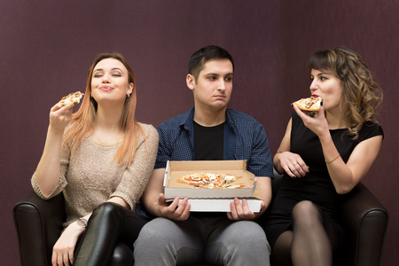 Man dieting looks like girlfriends, eat pizza. Pizza jealous girls.