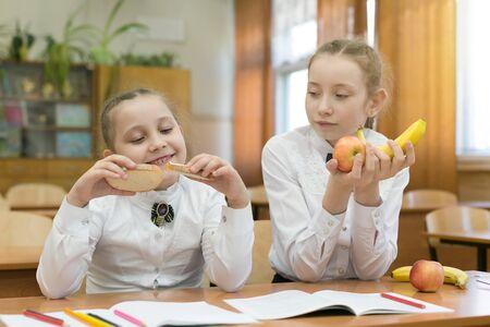 Ein vegetarisches Mädchen mit Essen Schulmädchen mit Käse und Fleisch.