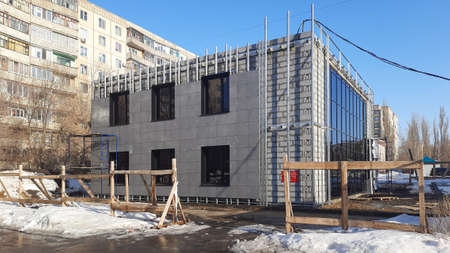 Facing a building under construction with square panels. 版權商用圖片