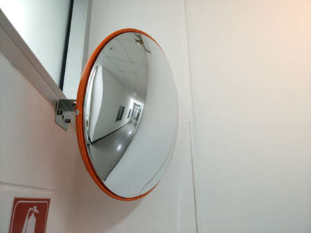 Convex mirror for junction walk way can not see 版權商用圖片 - 94608625