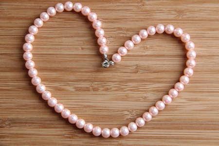 perle rose: Une forme de c?ur fait l'amour d'un collier de perles rose tendre