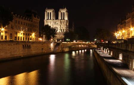 seine: De beroemde kathedraal van Notre Dame in Parijs, Frankrijk gefotografeerd in de nacht Stockfoto