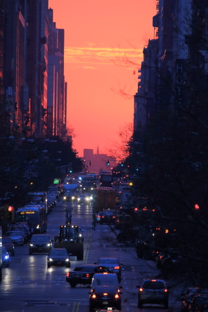 Manhattanhenge, Sun rising from the end of the street in Manhattan Stock Photo