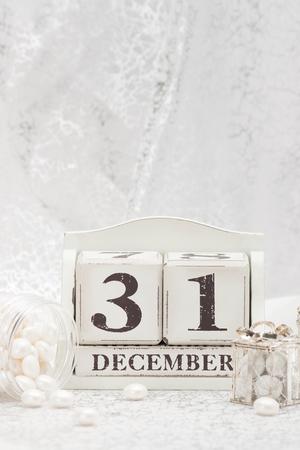 calendario diciembre: Fecha de año nuevo en el calendario. 31 de diciembre decoraciones de Navidad. Cajas de regalo con dulces. Foto de archivo