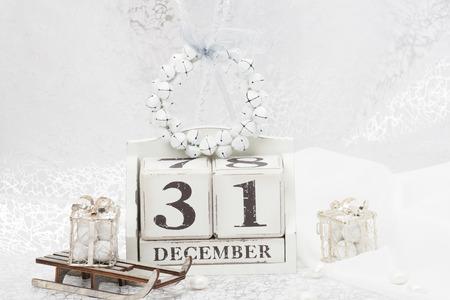 calendario diciembre: Fecha de año nuevo en el calendario. 31 de diciembre decoraciones de Navidad. Caja de regalo En Trineo. Dulces.