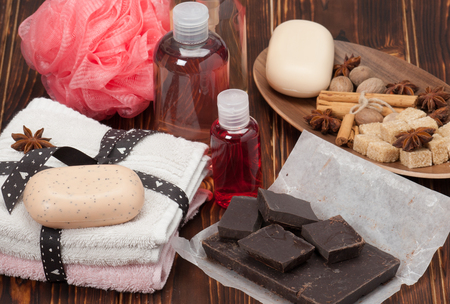 Spa Kit. Shampoo, Soap, Body Lotion. Towels. Spices. Wooden Background. Imagens