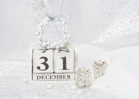 calendario diciembre: New Year Date On Calendar. December 31. Christmas Decorations. Gift Boxes With Sweets.