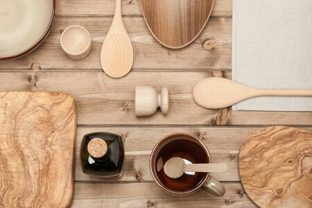 ustensiles de cuisine: Cooking Tools. Kitchenware. Olive Wood Chopping Board. Top View Wooden Table