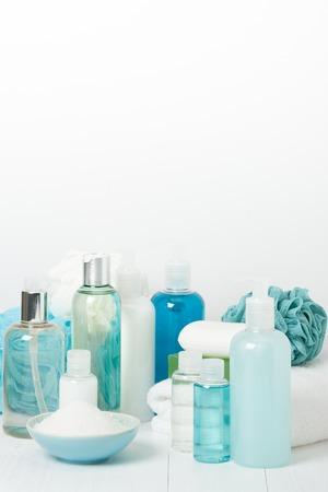 articulos de baño: Kit Spa. Champú, jabón de barra y gel de ducha líquido. Aromaterapia sal. Artículos de aseo Foto de archivo