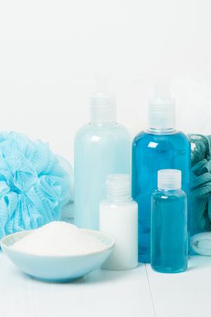 productos de aseo: Kit Spa. Champ�, jab�n de barra y gel de ducha l�quido. Aromaterapia sal. Art�culos de aseo Foto de archivo