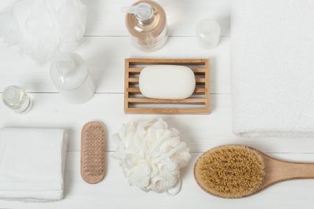 toallas: Kit Spa. Champú, jabón de barra y líquido. Gel de ducha, aromaterapia sal. Vista superior Foto de archivo