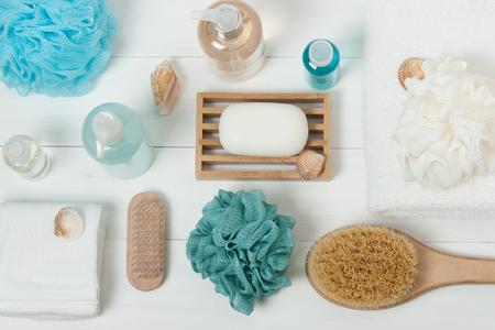 jabon: Kit Spa. Champú, jabón de barra y líquido. Gel de ducha, aromaterapia sal. Vista superior Foto de archivo