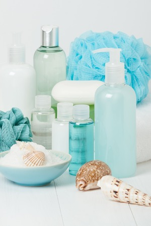 productos de aseo: Kit Spa. Champú, jabón de barra y gel de ducha líquido. Aromaterapia sal. Artículos de aseo Foto de archivo