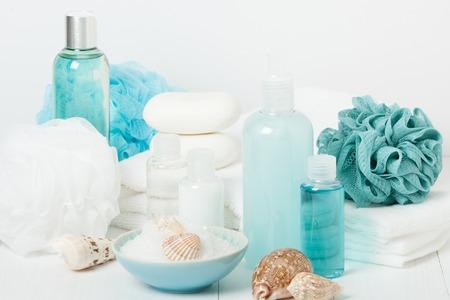 champú: Kit Spa. Champú, jabón de barra y gel de ducha líquido. Aromaterapia sal. Artículos de aseo Foto de archivo
