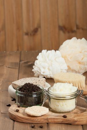 productos de aseo: Hecho a mano de café matorral y Scrub de limón con aceite de coco. Artículos de higiene, Spa Set Foto de archivo