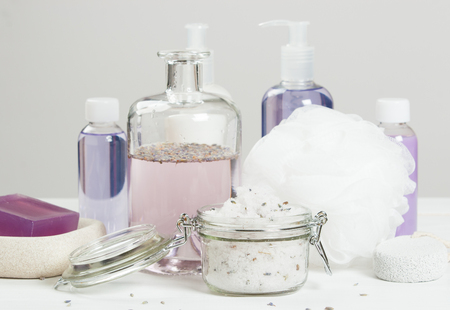 productos de aseo: Hecho a mano de la lavanda Scrub con aceite de coco. Lavanda Tónica. Artículos de higiene, Spa Set Foto de archivo