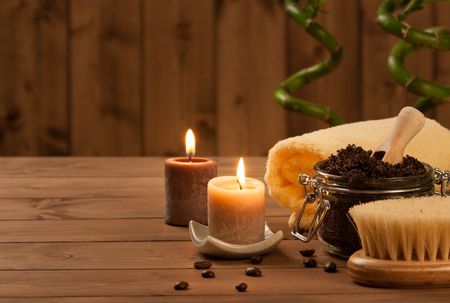 aseo: Café hecho a mano frote con aceite de argán. Velas ardientes. Brotes de bambú decorativos. Centro de spa Foto de archivo