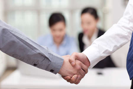 Businessmen shaking hands at the office Banque d'images