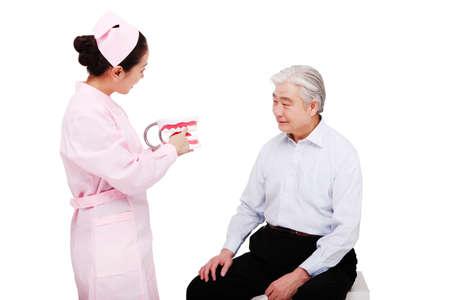 牙科诊所工作人员向病人讲解牙齿注意事项