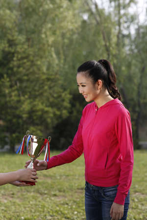 Young woman holding a trophy high quality photo Foto de archivo