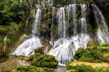 Les célèbres chutes d'El Nicho sur Cuba Banque d'images - 70933820