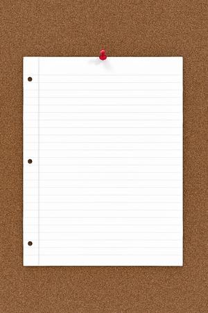 白紙のメモ用紙がコルクに固定ボード。 写真素材