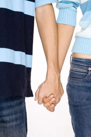 compa�erismo: Dos adultos j�venes la mano