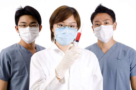 operation gown: Un joven m�dico tiene una peligrosa jeringa de l�quido rojo