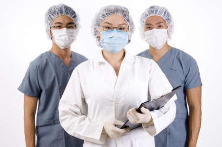 operation gown: Un grupo de tres j�venes profesionales de la medicina