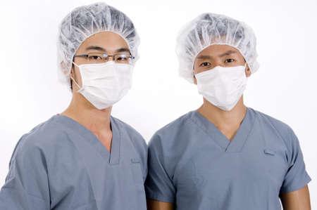 operation gown: Dos j�venes asian hombres en la maleza m�dica  Foto de archivo