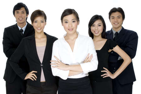 Un grupo de cinco personas jóvenes del negocio en el fondo blanco
