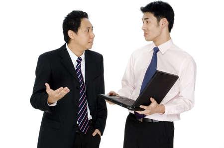 decepci�n: Un hombre de negocios se muestra su decepci�n con una joven colega de la celebraci�n de un ordenador port�til  Foto de archivo