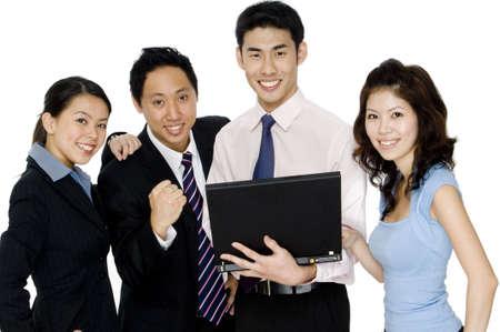 Un pequeño equipo de negocios de cuatro hombres y mujeres que buscan el placer con los propios  Foto de archivo