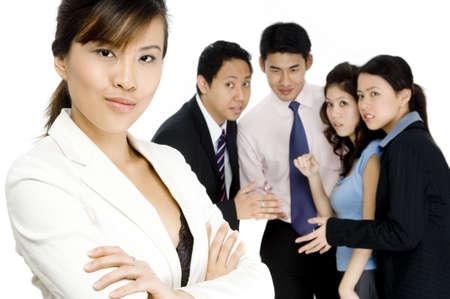 female boss: Eine Gruppe von Arbeitskollegen sprechen �ber ihre weiblichen Chef hinter ihrem R�cken  Lizenzfreie Bilder