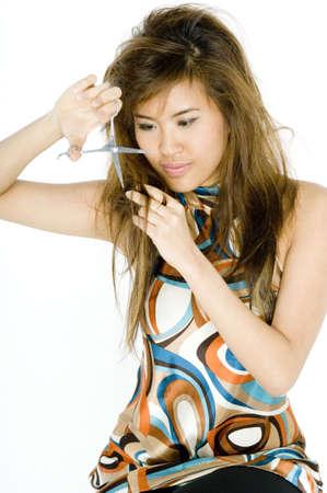 decide: Una mujer joven decide cortar su propio pelo