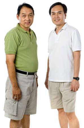 Twee Chinese mannen in hun jaren vijftig geïsoleerd op witte achtergrond