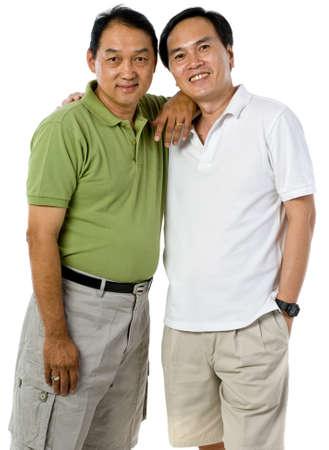 Twee Chinese mannen in hun vijftiger jaren geïsoleerd op witte achtergrond