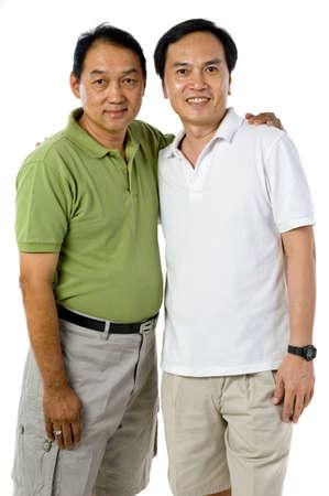 Twee Chinese mannen in de jaren vijftig geïsoleerd op witte achtergrond