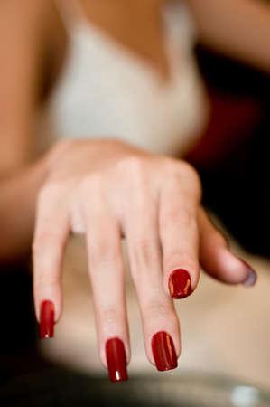 Un close-up de una mano con las uñas recién pintadas