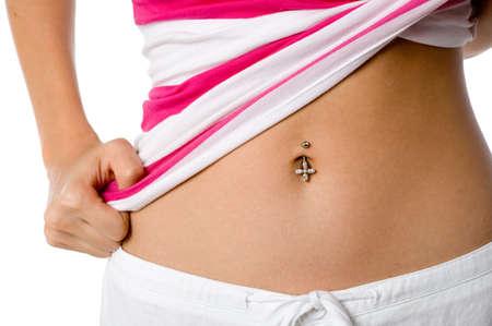 belly button: Una mujer muestra su ombligo piercing