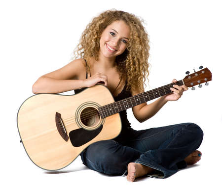 музыкант: An attractive young teenage woman with an acoustic guitar on white background