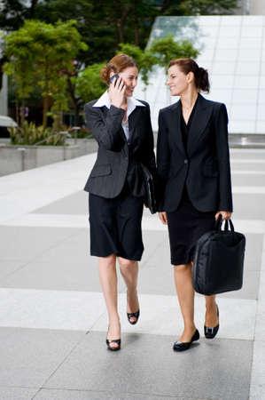 blusa: Dos empresarias caminar juntos fuera