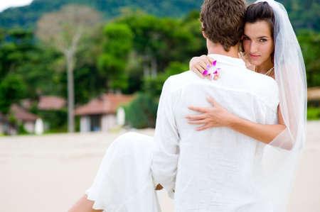 weitermachen: Ein junges Paar heiratete nur auf einer tropischen Strand