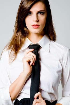 stropdas: Een sexy jonge zakenvrouw in blouse en stropdas