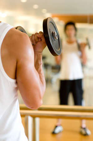 man working out: Un hombre de trabajo en el gimnasio