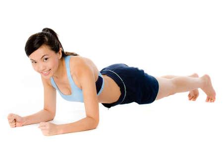abdomen fitness: Una joven atractiva mujer asi�tica en ropa deportiva haciendo un tabl�n plantean Foto de archivo