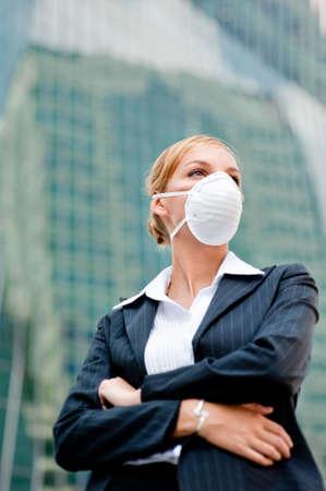 gripe: Una joven empresaria de salud el uso de una m�scara contra el tel�n de fondo la ciudad