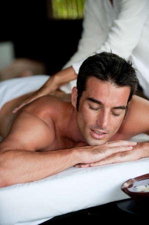homme massage: Un bon-homme obtention d'un massage du dos en position allong�e