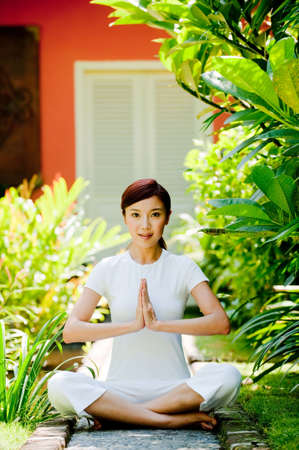 mujer china: Una joven atractiva mujer que hace yoga chino fuera