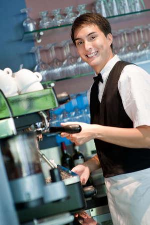 camarero: Una joven y atractiva barista hacer un caf� en un restaurante de interior